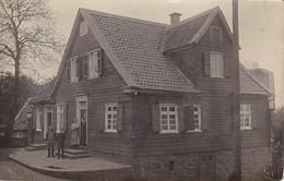 AK Foto Wohnhaus Aus Holz Und Stein Mit Bewohnern - Ca. 1910 (39947) - Otros