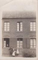 AK Deutscher Soldat Mit Familie Vor Wohnhaus - Ca. 1910  (39950) - Guerra 1914-18