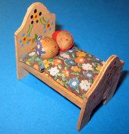 LETTO CON INNAMORATI L. 5 CM. H. 5 CM. LEGNO - Miniature