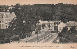 92 - Carte Postale Ancienne Du  De SEVRES  Avenue De Bellevue Et La Grille Du Mail - Sevres