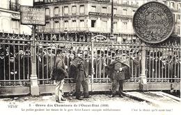 3-Grève Des Cheminots De L'Ouest-Etat ( 1910) La Police Gardant Les Issues De La Gare St Lazare . - Ed.  Collection E.S. - Estaciones Con Trenes