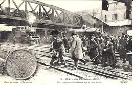 10- Grève Des Cheminots  ( 1910) Les Voyageurs Abandonnés Sur La Voie Ferrée ....... -  Collection E.S - Estaciones Con Trenes
