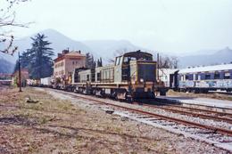 Sospel (06) 09/1999 - Une « U.M. » De BB 63000 En Tête D'un Train De Travaux En Gare  De Sospel - BB 64026 En Tête - Sospel