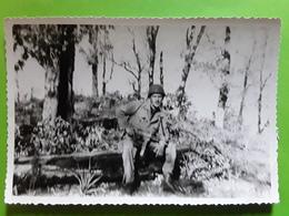 Photo Originale Guerre , Soldat Avec Fusil Mitrailleur, Assis Dans Un Sous Bois , TB - Guerra, Militari