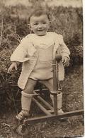 """ENFANT Et Son TROTTEUR """"FAIT MAISON"""" - Apprentissage De La Marche - Curiosité - Photographie Vers 1950 - Jouet - A Voir! - Photographs"""