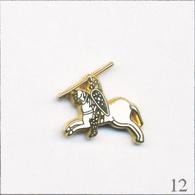 Pin's Histoire - Soldat Cavalier Avec Lance (Type Représentation De La Tapisserie De Bayeux). Non Est. Zamac. T655-12 - Animaux