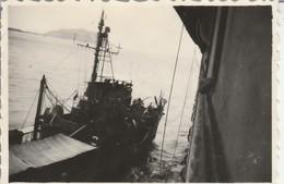 Vietnam - CAP ST. JACQUES : Escorteur D 338 Et Le Cap Dans Le Fond : 1947 - (  8,5cm X 5,8cm ) Photo Militaire - Guerre, Militaire