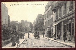 Dinard Grande Rue Station Du Tramway Cp Animée Tabac  *  Ille Et Vilaine 35800  *  Dinard Arrondissement De Saint-Malo - Dinard