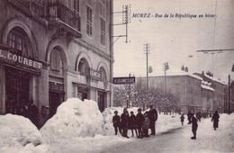 CPA De MOREZ (Jura) - Rue De La République En Hiver. Edition Prost - Cliché Ponard. Coul. Bistre. Non Circulée. TB état. - Morez