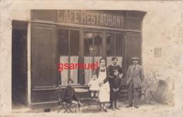 Carte Photo - (Café Restaurant, Plaque Publicitaire Dubonnet, Animé). - (voir Scan Recto-verso). - Cafés