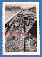 Photo Ancienne - Gare à Situer - Travaux De Chemin De Fer , Wagon Spécial - 1954 - Perspective Cheminot Ouvrier Train - Trains