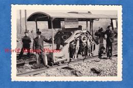 Photo Ancienne - Gare à Situer - Travaux De Chemin De Fer , Wagon Particulier - 1954 - Cheminot Ouvrier Train Machine - Trains