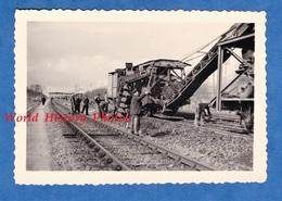 Photo Ancienne - Gare / Pont à Situer - Travaux De Chemin De Fer , Wagon Grue ? - 1954 - Cheminot Ouvrier Train Machine - Trains