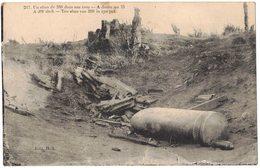 MILITARIA GUERRE 14/18 : Un Obus De 380 Dans Son Trou - A Droite Un 75 - Matériel Militaire Munitions Artillerie Lourde - Equipment