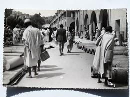 C.P.A. : Madagascar : TANANARIVE : Le Marché Aux Nattes, Timbres En 1954 - Madagascar