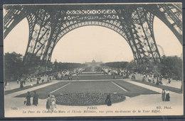 PARIS - La Parc Du Champ De Mars Et L'Ecole Militaire, Vue Prise Au-dessous De La Tour Eiffel - Tour Eiffel
