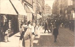 Dépt 57 - METZ (rue Serpenoise) - CARTE-PHOTO Défilé, FANFARE - (restaurant MOITRIER, à L'angle De La Rue Chaplerue) - Metz