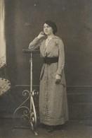 CPA Carte Photo La MODE D'AUTREFOIS - Belle Jeune FEMME LADY FRAU Dans Son Tailleur à Carreaux Vichy - Cartes Postales