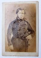 Ancienne Photo CDV Soldat Avec Bicorne Décoration épée - Guerra, Militari