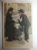 Carte Postale Photo - Le Mendiant Aveugle, La Petite Fille Et Le Chien ( CPA Dos Non Divisé Noir Et Blanc Circulée ) - Fotografia