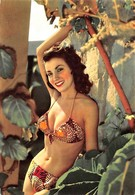 PIN-UPS // BIKINI // JEUNE FEMME POSANT EN MAILLOT DE BAIN EN 1957 - - Pin-Ups