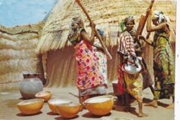 GHANA    :  Femmes Préparant Le Manioc. Carte Editions Porcelaines Le Tallec . Oblitération Accra - Ghana - Gold Coast