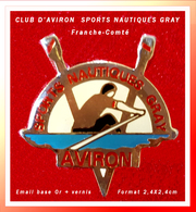 "SUPER PIN'S AVIRON : CLUB SPORTS NAUTIQUES De GRAY (70) Section ""AVIRON"", émail Base Or + Glaçage, 2,4X2,4cm - Aviron"
