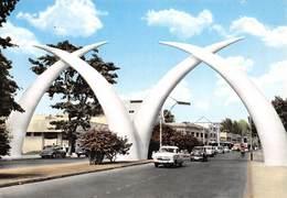 MOMBASA - Giant Tusks, Gateway To East Africa - Défenses D'Elephants Géantes En Aluminium - Automobiles - Kenya - Kenya