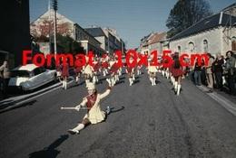 Reproduction D'une Photographie Ancienne De Majorettes En Parade Dans Une Rue - Reproductions