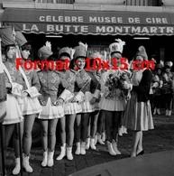 Reproduction D'une Photographie Ancienne De La Marianne Remettant Un Bouquet De Fleurs à Des Majorettes à Paris En 1964 - Reproductions