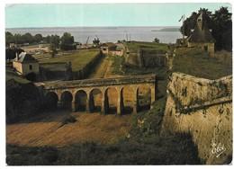 Blaye La Citadelle De Blaye Les Douves De La Citadelle Au Fond, Le Port De Blaye Sur La Gironde (Cachet) - Blaye