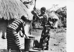 TOGO - Femmes Préparant Le Toufou - Togo
