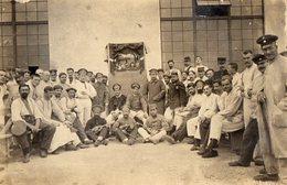 CPA 2504 - MILITARIA - Carte Photo Militaire - Prisonniers De Guerre Avec Mandoline & Spectacle De Marionnettes - Personnages