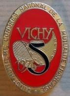 Très Bel Insigne émaillé Doré : VICHY 1976 ( Coiffe Allier ) Congrès Mutualité Française UNCCM - Organisations