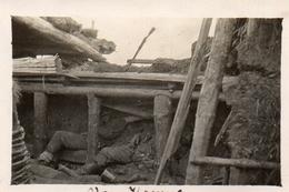 PHOTO ALLEMANDE - LITHUANIA LITUANIE - SOLDATS DANS UN ABRI DEVANT KOWNO - KAUNAS - GUERRE 1914 1918 - 1914-18