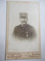 Photographie Ancienne CDV  Gendarme - Officier - Médaille - Ancien Uniforme - Photo Gueudet , DREUX  - BE - Guerre, Militaire