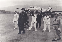 REPRO-PHOTO---Général DE GAULLE Sur Un Terrain D'aviation Avec Avion --voir 2 Scans - War, Military