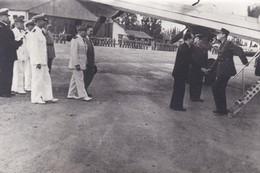 REPRO-PHOTO---Général DE GAULLE Sur Un Terrain D'aviation Avec Avion --voir 2 Scans - Guerre, Militaire