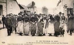 Image Cartonnée 21 X 13 Cms. Les Troubles De Méru .  La Tête De La Colonne Des Grévistes, Cnduite Par Les Femmes. - Documenti Storici