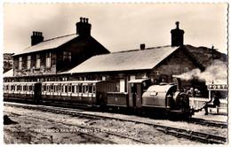 PORTHMADOG : FFESTINIOG RAILWAY TRAIN At PORTMADOC - CARTE VRAIE PHOTO / REAL PHOTO POSTCARD ~ 1950 - '960 (aa722) - Pays De Galles