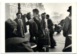 Kiss By The Hôtel De Ville Paris 1950 - Photograph By Robert Doisneau - Distrito: 01