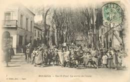 """CPA ALGERIE """"Miliana, La Rue Saint Paul Et La Sortie De L'école"""" - Andere Steden"""