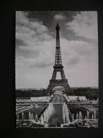 Paris... En Flanant Les Grandes Eaux Au Palais De Chaillot Et La Tour Eiffel 1958 - Ile-de-France