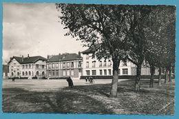 SAINT-LEU-LA-FORET - La Place Du Maréchal Foch. La Poste, Les Ecoles (animation) - Photo Véritable Circulé 1957 - Saint Leu La Foret