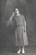 CPA Carte Photo MACON -  La MODE D'AUTREFOIS - FEMME LADY FRAU Dans Sa Robe Au Tissus Tapisserie - Cartes Postales