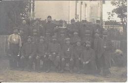GUERRE 1914 1918  DES MILITAIRE PRENNENT LA POSE SEPTEMBRE 1914 CARTE PHOTO - Guerre 1914-18