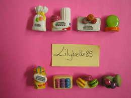 Série Complète 8 Fèves PERSO Porcelaine - FOURNIL DES SAVEURS - DELICIEUX PETITS MACARONS - 2015 ( Feves Miniature ) - Geluksbrengers