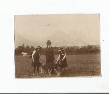 SEYSSINS (ISERE) PHOTO AVEC MERE SES DEUX FILLES ET CHIENS . PAYSAN AVEC CHEVAL EN SECOND PLAN ET MASSIF DU VERCORS 1912 - Lieux