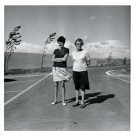 Amusante Photo C. Originale Mère Et Fille à La Mini Jupe & Coiffure Dans Le Vent Accompagnant Les Arbres Penchés 1960/70 - Personnes Anonymes