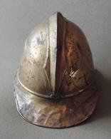 Ancien Casque De Sapeur Pompier Ou Casquette De Feu En Laiton - Fabricant Gebrüder Ohliger à Kaiserslautern - Casques & Coiffures
